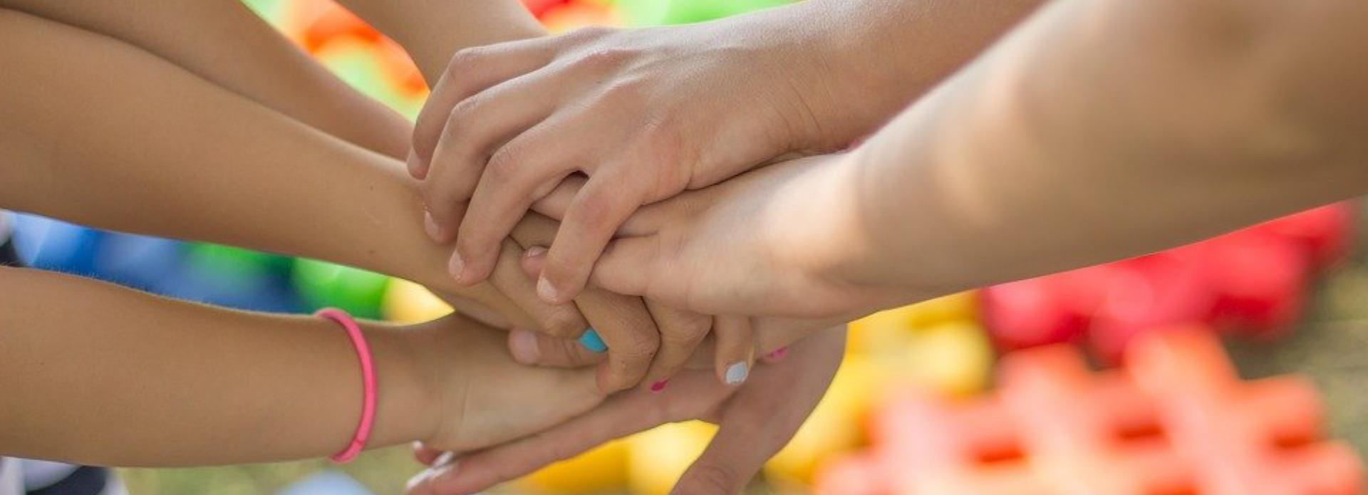 Hände halten zusammen